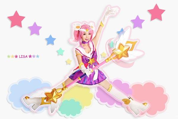 《英雄联盟》是一款大型3D竞技类网游,且一直以来都备受游戏玩家们的喜爱,其中很多英雄角色都极具人气,也成为了coser们争相演绎的对象。这不,今 天小编就为大家带来了这组性格叛逆的光辉女郎拉克丝美少女战士皮肤cos作品。coser是粉红色猴子天堂的萌妹纸LISA小李丽莎,话不多说,小伙伴们 快一起来围观吧!