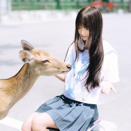 披散着一袭齐刘海长直发,身穿着一套日系jk制服,娇小可爱.